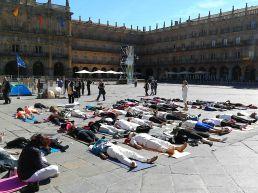 Sesión de hatha yoga en la Plaza Mayor de Salamanca