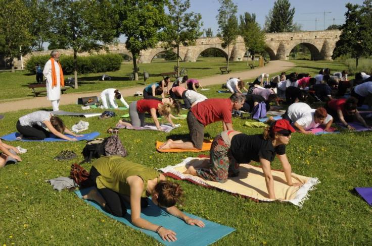 Masterclass en los jardines del Puente Romano de Salamanca para celebrar el Día del Yoga en 2015